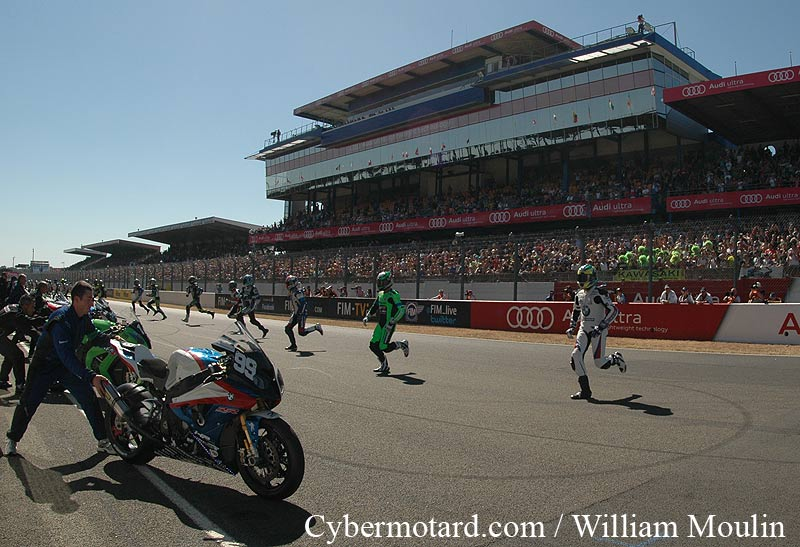 cybermotard 24h du mans 2012 d part en trombe de kawasaki. Black Bedroom Furniture Sets. Home Design Ideas