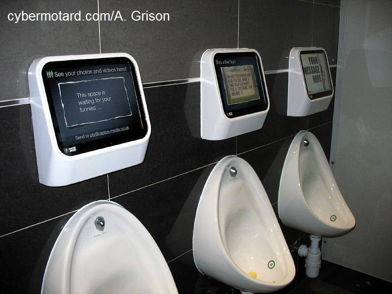 Des Toilettes High Tech Cybermotard Revivre L Ambiance Du Tourist Trophy