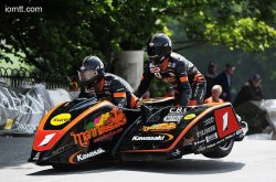Dave Molyneux engrange son 15e succès en side car au TT